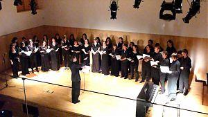 El Cor Albada fent un concert a l'Auditori de la Biblioteca Jaume Fuster