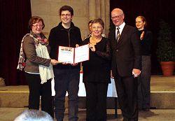El director Jordi Marín, i la presidenta Anna-Maria Quer rebent un diploma honorífic