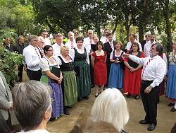El Cor Sängerrunden cantant durant la plantada del cirerer
